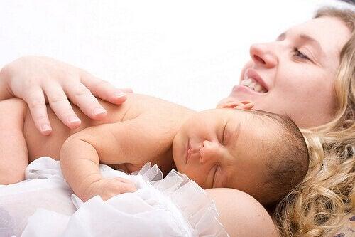Baby slaapt bij moeder