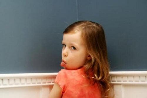 Ongehoorzaam meisje steekt haar tong uit.