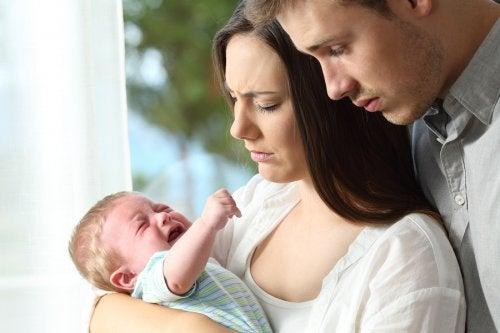 Ongeruste ouders baby huilt