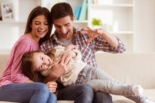 Ouders spelen met hun kind