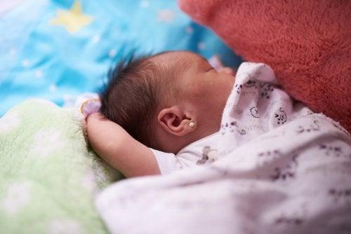 Pasgeboren baby met dekentje