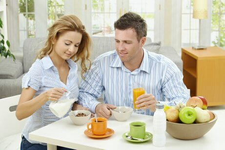Man en vrouw aan het ontbijt