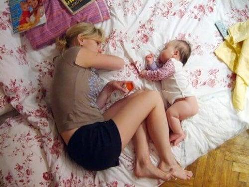 Een moeder en kind slapen samen