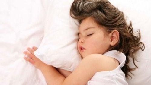 Meisje slaapt met haar mond open