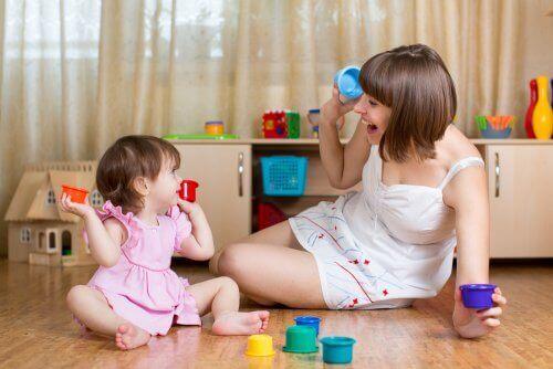 Vrouw speelt met haar kind
