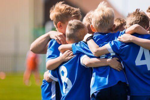 Kinderen in een blauw sporttenue
