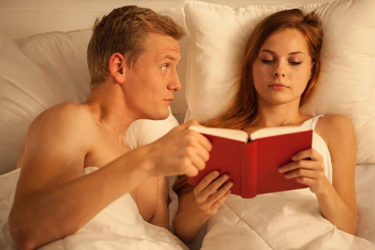 Man vraagt aandacht en vrouw leest verder in haar boek