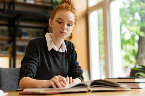 Een vrouw die studeert