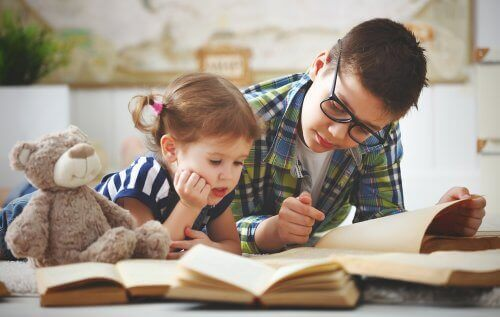 Grote broer leest voor zijn kleine zusje
