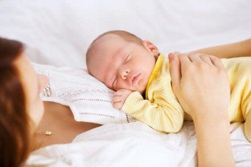 Gids voor veilig co-slapen met je baby