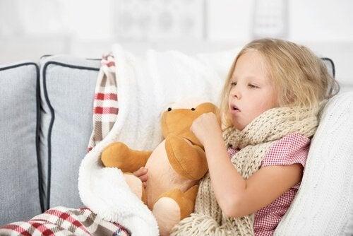 Ziek meisje met piepende ademhaling