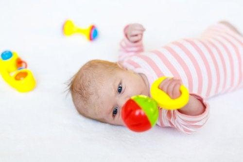 Baby speelt met een rammelaar