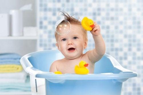 Jongetje maakt bubbels in bad