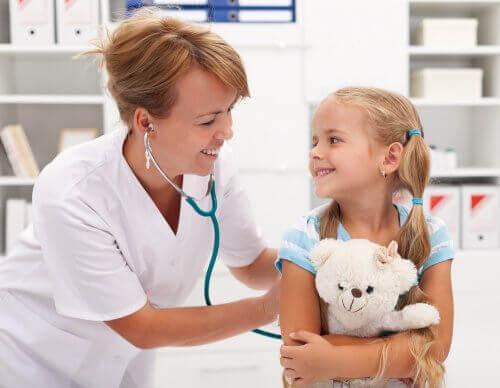 Meisje lacht tegen de dokter
