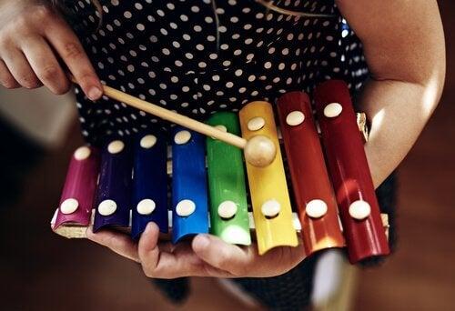Kinderen zijn dol op speelgoed muziekinstrumenten