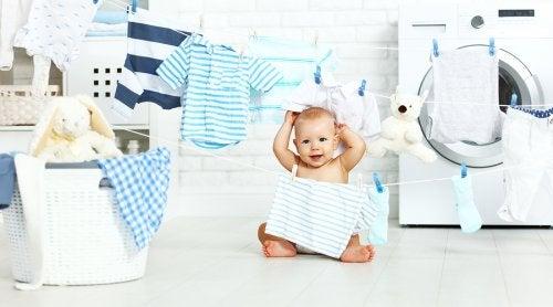 Kind tussen slingers van kleding