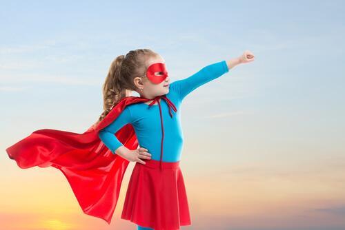 Meisje in superheld kostuum