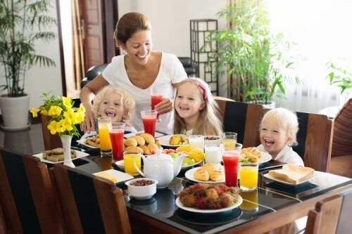 Gezin eet gezond ontbijt