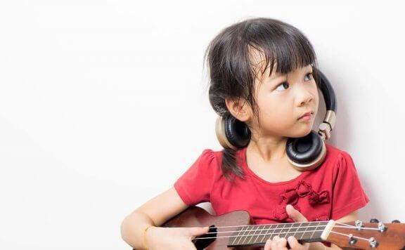 Meisje leert gitaar spelen