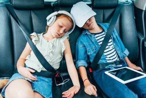 Twee kinderen slapen in de auto
