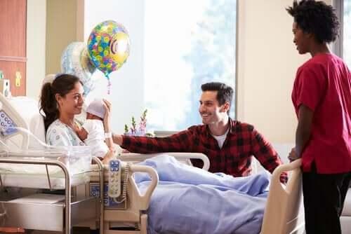 Het bezoeken van een pasgeboren baby in het ziekenhuis