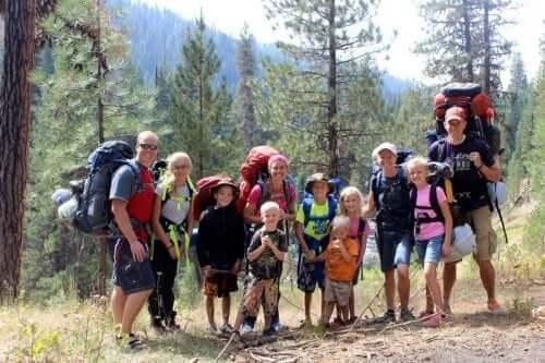 Wandelen met de familie in het bos