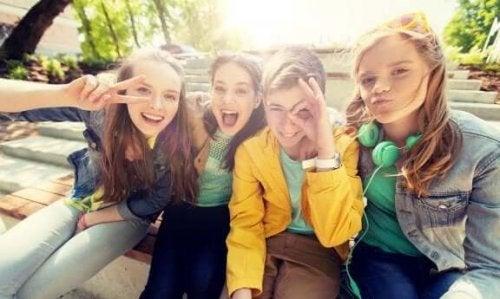 De zoektocht naar populariteit tijdens de adolescentie