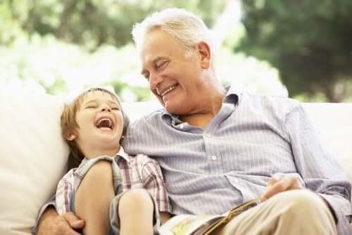 Opa en kleinkind lachen samen