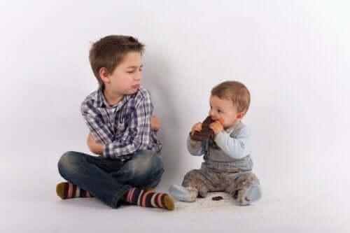Jaloezie voorkomen na de komst van een broertje of zusje