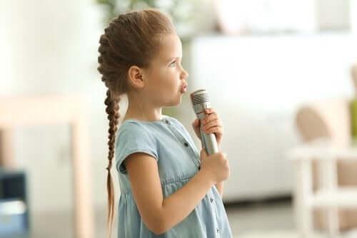 Meisje met een microfoon