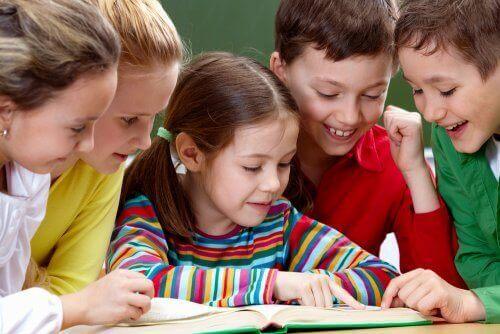 Schoolkinderen lezen samen een boek