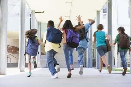 Kinderen rennen door de school