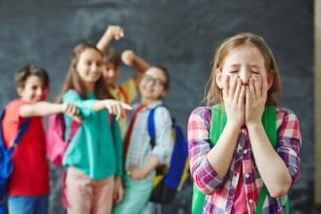 Kinderen lachen een meisje uit