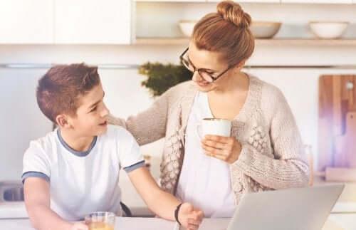 Moeder en zoon praten over liefde