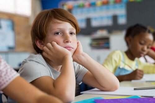 Een jongen op school