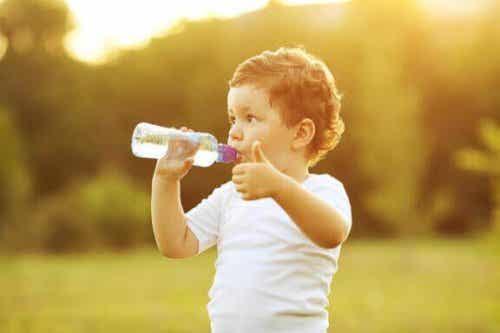 Wanneer leer je je kind uit een beker te drinken?