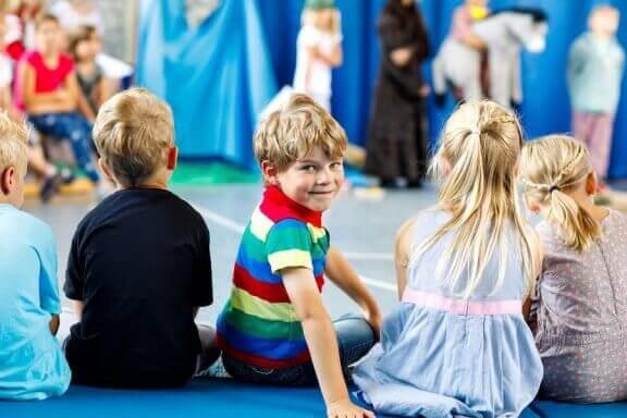 Kinderen zitten in een kring