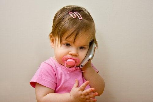 Meisje probeert in telefoon te praten
