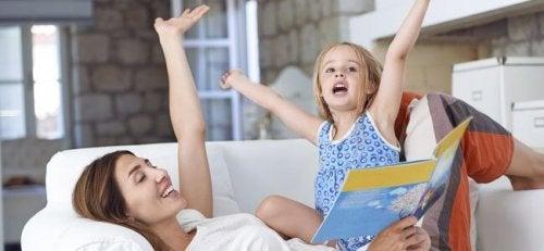Moeder en dochter lezen samen