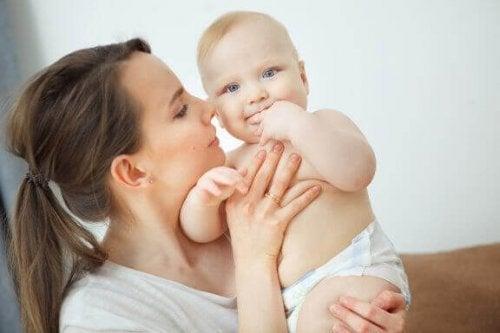 Waar ruikt een pasgeboren baby naar?