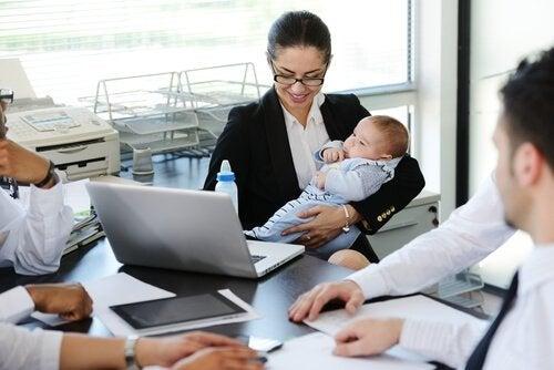 Moeder met baby op het werk