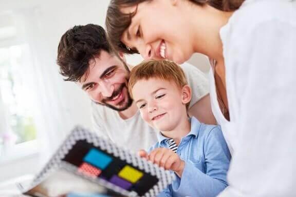 Ouders en hun enige kind kijken in een boek