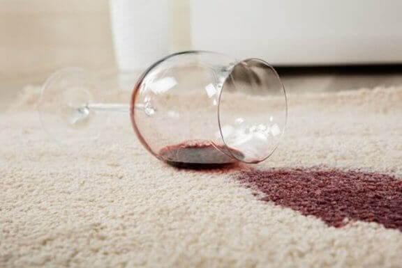 Vlekken van rode wijn uit witte kleding verwijderen