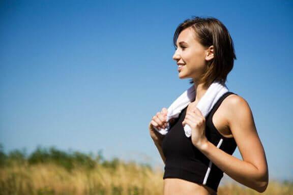 Vrouw gaat sporten om cellulitis te bestrijden