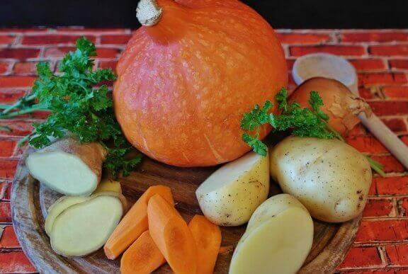Bord met worteltjes en aardappels