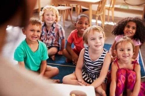 Een groepje kinderen luistert aandachtig