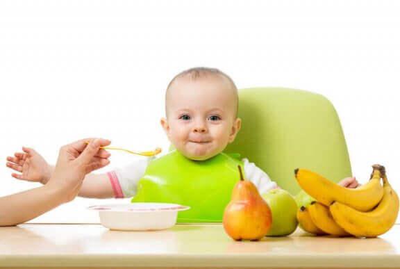 Kindje eet fruit
