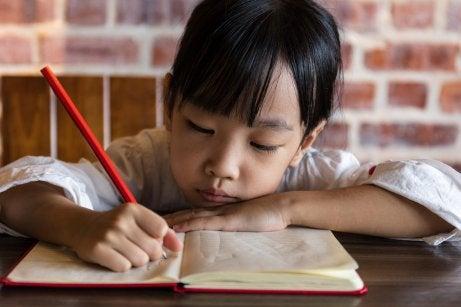 Chinees kindje is aan het schrijven