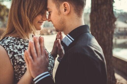 Man en vrouw kijken verliefd naar elkaar