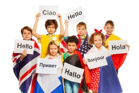 Kinderen zeggen in verschillende talen hallo